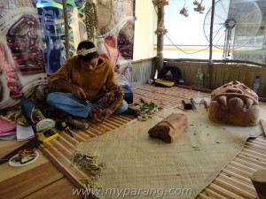 Mah Meri wood carver demonstrating at hari kraftangan Kebangsaan